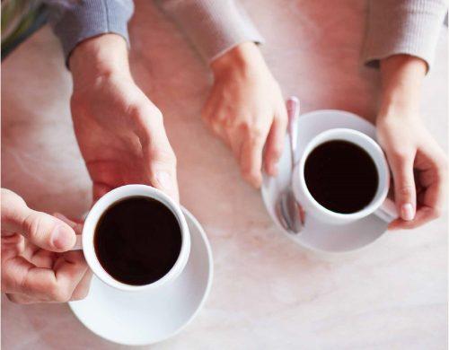 Paar beim Date beim Kaffeetrinken