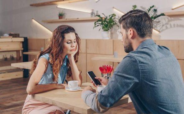 Beim ersten Date deine Aufmerksamkeit dem Handy zuzuwenden, ist ein Fauxpas