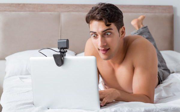 Beim Online-Dating bekommt so mancher Mann Stielaugen