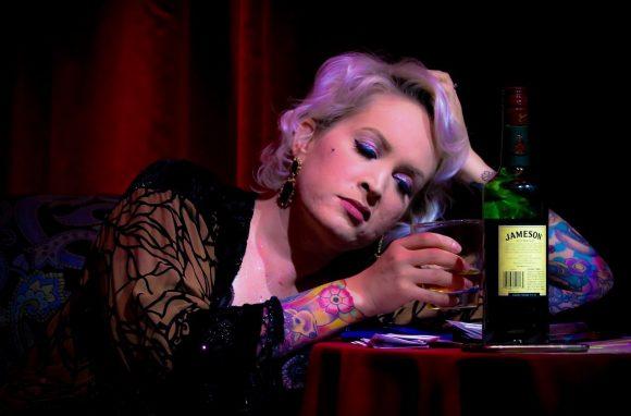 Einer partnerlosen einsamen Frau bleiben nur der Alkohol und die Depression