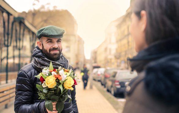 Wie kann ein Mann um eine Frau werben? Ihr einen Blumenstrauß schenken?