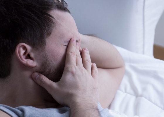 Schüchterner Mann, einsam, traurig, deprimiert, verzweifelt