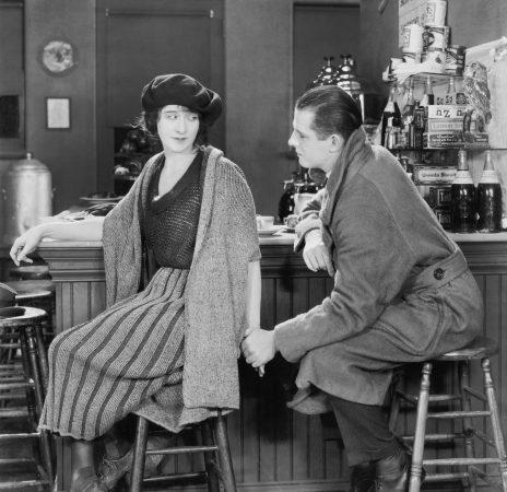 Beim Besuch in der Bar wollte sie nicht unbedingt von ihm angefasst werden