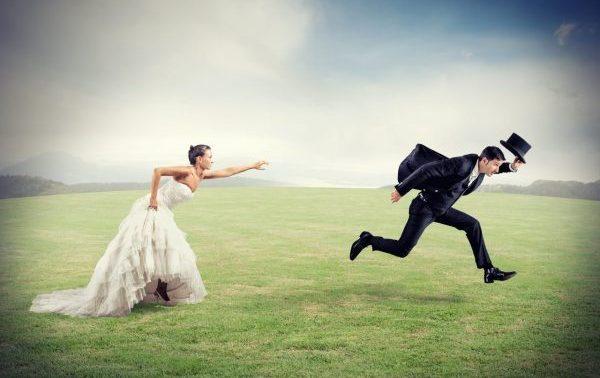 Mann flieht vor Frau, die viele Fehler in der Beziehung gemacht hat