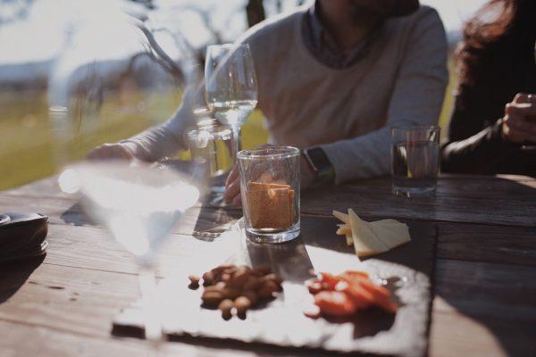 Schlechtes Benehmen im Restaurant oder Lokal, das sollte man vor allem beim Kennenlernen vermeiden